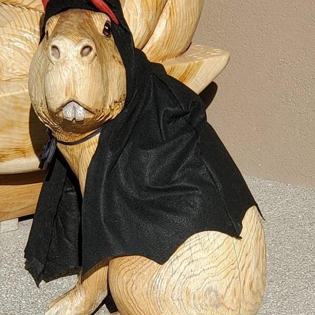 ときわ動物園入口のチェーンソーアートの動物たちがハロウィン仕様に!